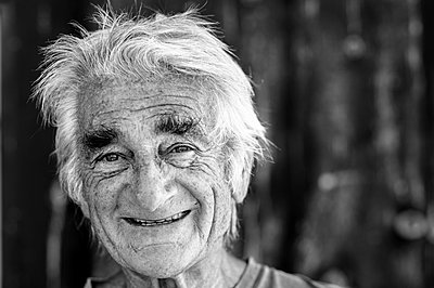 Portrait of elderly man - p1313m1286562 by Leif-Erik Schmitt