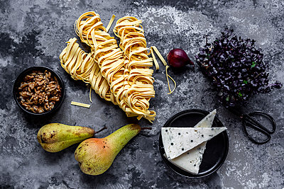 Tagliatelle with pear gorgonzola sauce, walnuts and red cress - p300m2083813 by Sandra Roesch