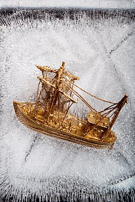 Goldenes Schiff im Eis - p451m1207567 von Anja Weber-Decker