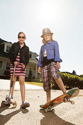 Mädchen mit lila Jacke - p8690108 von Dombrowski