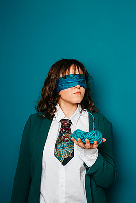 Blindfolded woman, portrait - p1621m2254254 by Anke Doerschlen