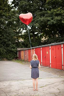 Woman holding balloon - p586m859535 by Kniel Synnatzschke