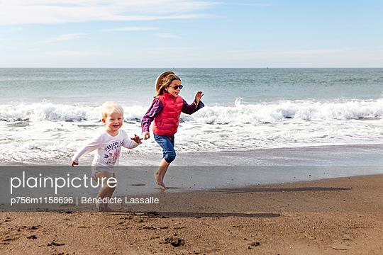 Geschwister am Strand, San Francisco - p756m1158696 von Bénédicte Lassalle