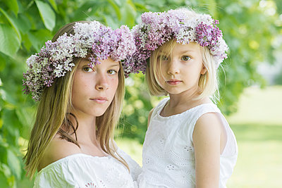 portrait of two girls with floral wreaths  - p1323m1575267 von Sarah Toure