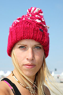 Young woman wearing a woolen hat - p0452792 by Jasmin Sander