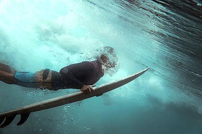 Surfer, underwater view - p1166m2136808 by Cavan Images