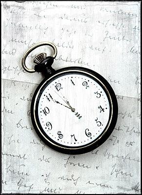 Tachenuhr auf altem Brief - p451m1169069 von Anja Weber-Decker