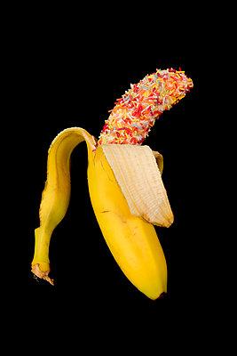 Banane mit Zuckerstreuseln - p451m1589821 von Anja Weber-Decker
