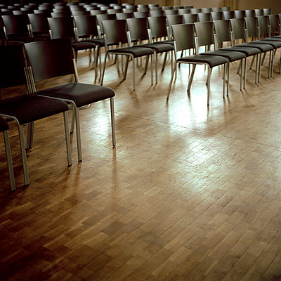 Stuhlreihen - p949m658310 von Frauke Schumann