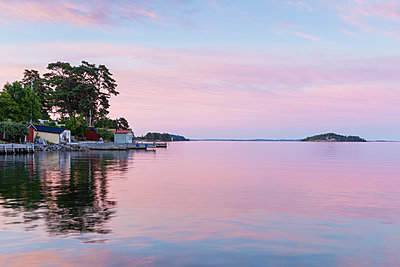 Sweden, Sodermanland, Dalaro, Hummelklappen, Old harbor with jetty at sunset - p352m1349339 by Gustaf Emanuelsson
