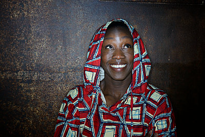 African woman in hooded shirt, portrait - p427m2285207 by Ralf Mohr