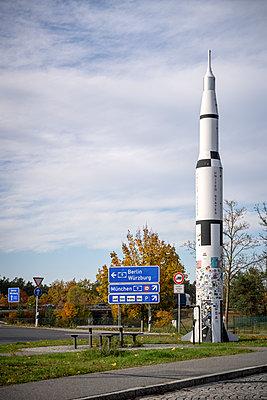 Germany, Bavaria, Feucht, Rocket on motorway service station - p1275m2224698 by cgimanufaktur