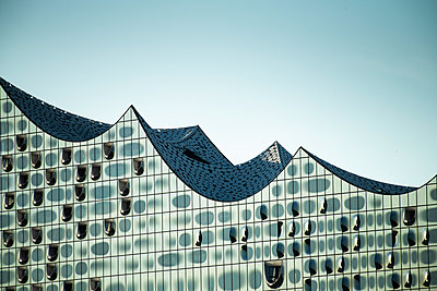 Seitliche Ansicht auf das Konzerthaus Elbphilharmonie, Hamburg - p1493m1584456 von Alexander Mertsch