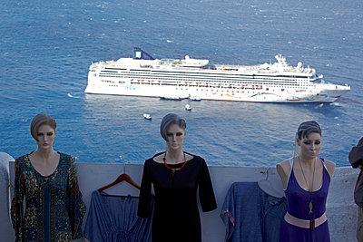 Schaufensterpuppen mit Kreuzfahrtschiff - p415m1191195 von Tanja Luther