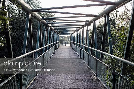 Fußgängerbrücke - p1130m1168818 von Jonathan Kitchen