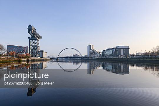 Clyde Arc Bridge, blauer Himmel, Glasgow - p1267m2263405 von Jörg Meier
