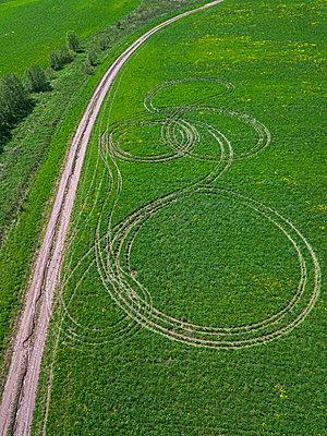 Grünes Feld, Radspuren, Dronenfotografie - p1108m2193206 von trubavin