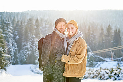 Young couple on winter vacation - p1124m1589344 by Willing-Holtz