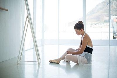 Ballerina relaxing on floor - p1315m1230711 by Wavebreak