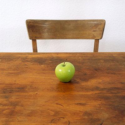 Apfel und Tisch - p2200556 von Kai Jabs