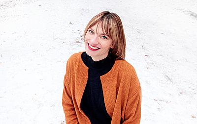 Pretty girl in snow - p258m1200794 von Katarzyna Sonnewend