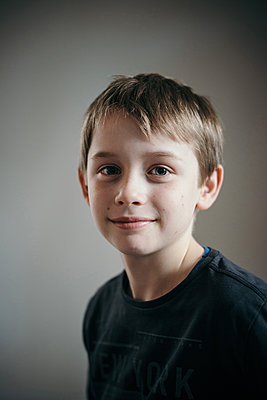 Porträt eines Jungen - p305m1586709 von Dirk Morla