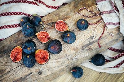 Sliced figs on wooden log - p555m1219501 by Ivan Evgenyev
