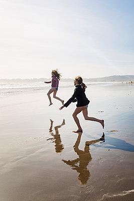 Girls playing at Stinson Beach - p756m2057694 by Bénédicte Lassalle