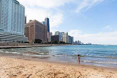 Beach in Chicago - p756m938628 by Bénédicte Lassalle