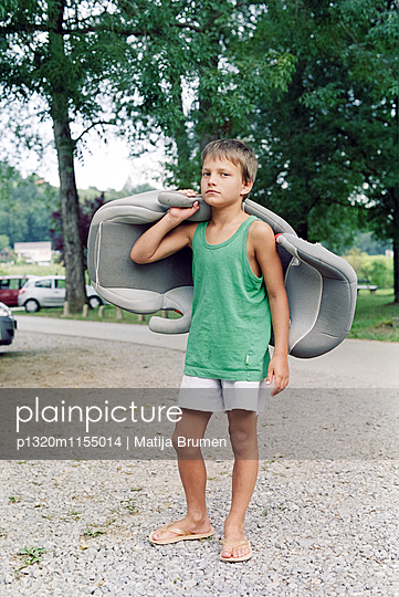 Junge am Parkplatz - p1320m1155014 von Matija Brumen