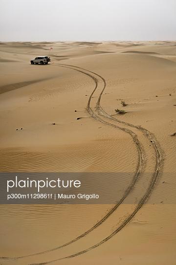 UAE, Rub' al Khali, tyre tracks in the desert sand - p300m1129861f von Mauro Grigollo