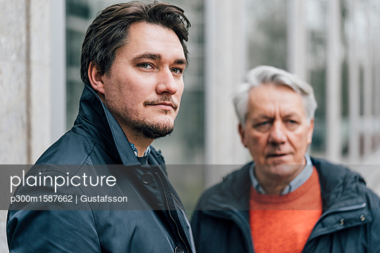 Portrait of young man and senior man in the city - p300m1587662 von Gustafsson