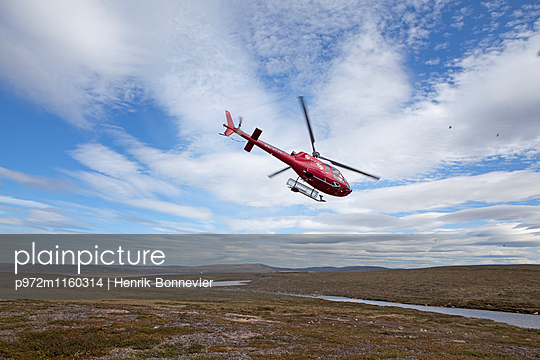 Hubschrauber im Flug über Lappland - p972m1160314 von Henrik Bonnevier