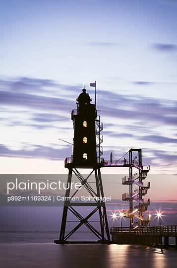 Leuchtturm am Abend - p992m1169324 von Carmen Spitznagel
