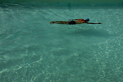 Man in a pool - p1028m2002175 by Jean Marmeisse