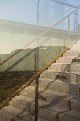 Aussicht hinter einem Fenster - p1094m900211 von Patrick Strattner