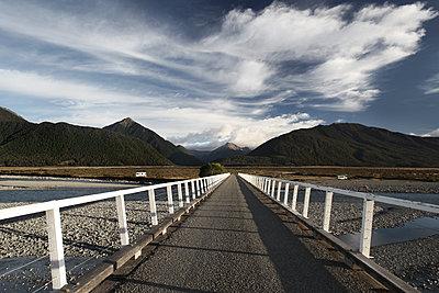 Brücke, Waimakariri River - p1217m1170123 von Andreas Koslowski