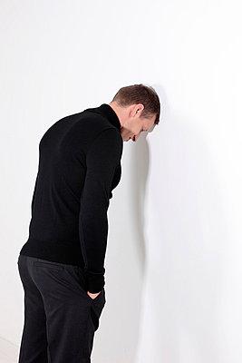 Mit dem Kopf durch die Wand - p483m698205 von Arne Gerson