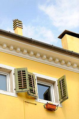 Offene Fensterläden - p949m658261 von Frauke Schumann