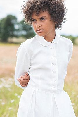 Short-haired girl in a white dress - p1323m2110552 von Sarah Toure