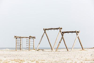 Leere Schaukel am Strand - p248m1116303 von BY