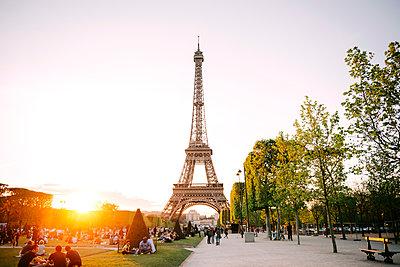 France, Paris, Champ de Mars, view to Eiffel Tower at sunset - p300m1196933 by Gemma Ferrando