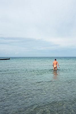 Nackter Mann im Meer - p354m1215309 von Andreas Süss