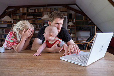 Family using laptop - p522m944542 by Pauline Ruhl Saur