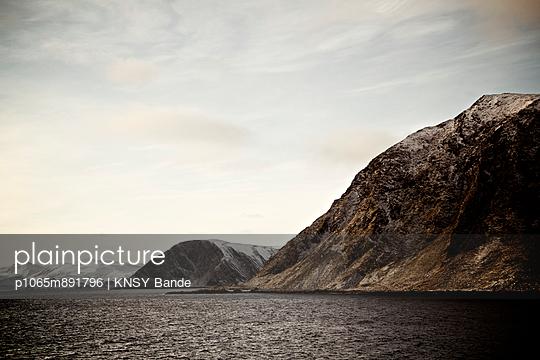 Norwegische Felsküste und Fjordlandschaft - p1065m891796 von KNSY Bande