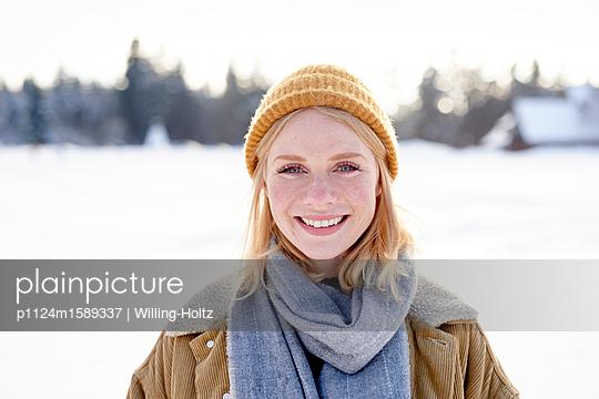 Porträt einer jungen Frau im Schnee - p1124m1589337 von Willing-Holtz