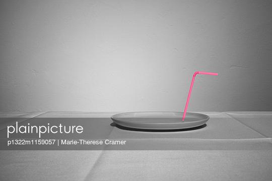 Ein leerer Teller mit Strohhalm auf einem Tisch - p1322m1159057 von Marie-Therese Cramer