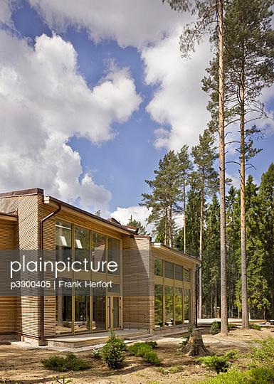Haus im Wald - p3900405 von Frank Herfort