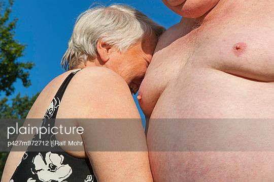 Älteres Paar im Freibad - p427m972712 von R. Mohr