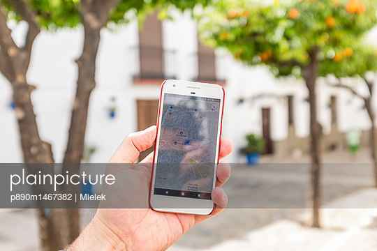 Smartphone mit Navi App benutzen - p890m1467382 von Mielek